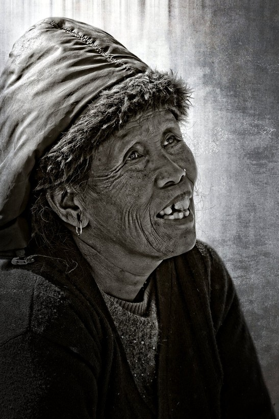 Foto Old lady Nepal door shutterbug