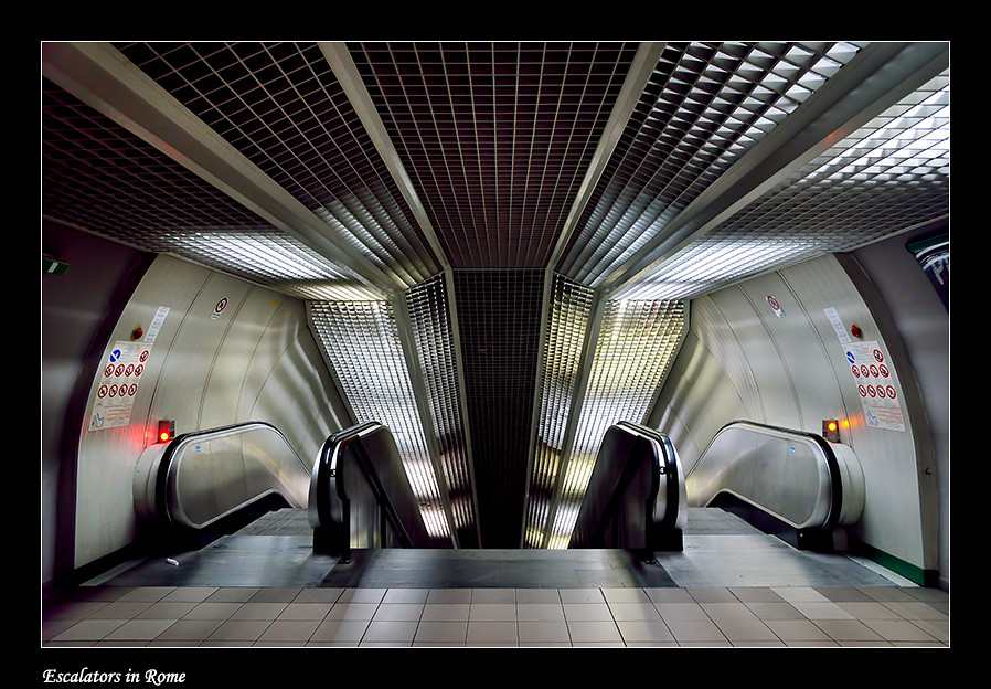 Foto Escalators in Rome door Qpic