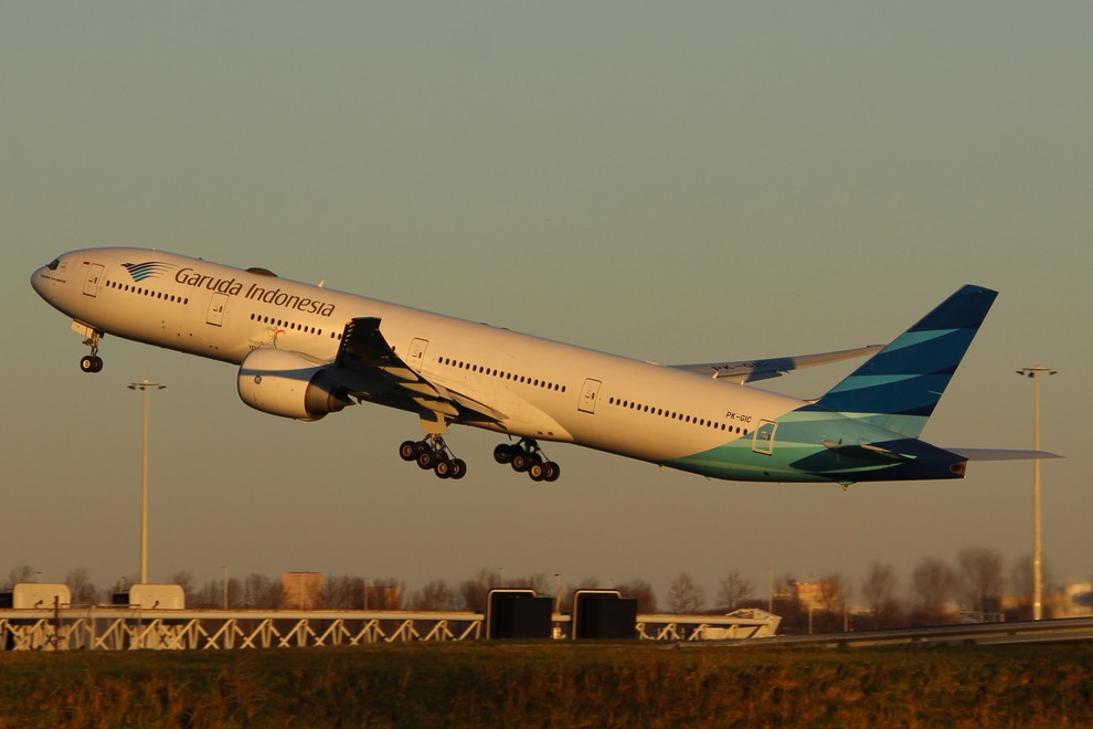 Foto Boeing 777-300 Take-Off door justinkimiya