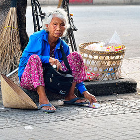 Foto Old woman in Saigon door Qpic