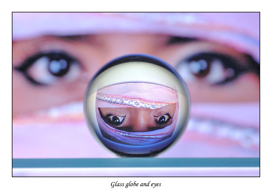 Foto Glass globe and eyes door Qpic